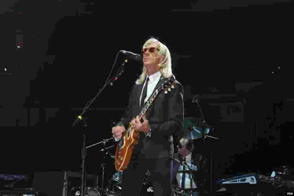 """El guitarrista de Elton John con más de 30 años sobre el escenario regalaba las """"uñas"""" que toca las cuerdas de su guitarra, la cual cambiaba en cada interpretación."""