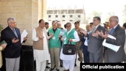 فائل: صدرِ پاکستان ممنون حسین مردم شماری 2017 کے افتتاح پر دعا مانگتے ہوئے۔
