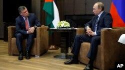 Presiden Rusia Vladimir Putin (kanan) dalam pertemuan dengan Raja Yordania, Abdullah-II di kota resor Sochi, Rusia Selasa (24/11).