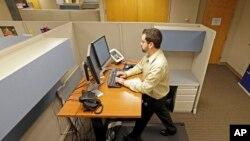 Josh Boldano, salah satu karyawan Brown & Brown Insurance, bekerja sambil berolahraga dengan meja treadmill di kantornya di Carmel, Indiana, Amerika Serikat, 28 Agustus 2013. (Foto: dok).