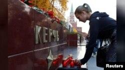 روس کے علاقے کرائمیا کے شہر کرچ میں ایک کالج میں اندھا دھند فائرنگ میں 19 طالب علم ہلاک ہوئے، ان کی یاد میں ایک خاتون موم بتیاں روشن کر رہی ہے۔ 17 اکتوبر 2018