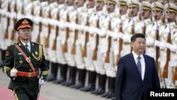 시진핑 중국 국가주석이 지난 12일 베이징 인민대회당에서 열린 무함마두 부하리 나이지라 대통령 환영식에서 인민해방군 의장대를 사열하고 있다. (자료사진)