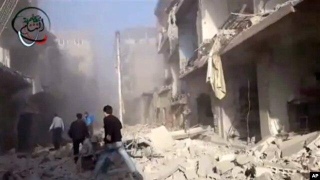 Warga Suriah memberikan pertolongan darurat untuk orang-orang yang terluka akibat serangan udara yang dilancarakan oleh pemerintah Suriah di daerah pemukiman penduduk di pinggiran kota Damaskus, 14 Januari 2013. (AP Photo/Shaam News Network via AP video)