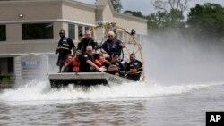 Cư dân được sơ tán ra khỏi một khu phố bị ngập lụt ở Spring, Texas.