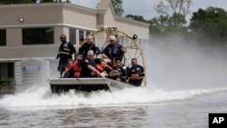 Las autoridades informaron de al menos 50 rescates acuáticos.