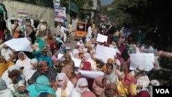 پاکستانی کشمیر کے صدرمقام مظفر آباد میں لیڈی ہیلتھ ورکز کا احتجاجی مظاہرہ۔