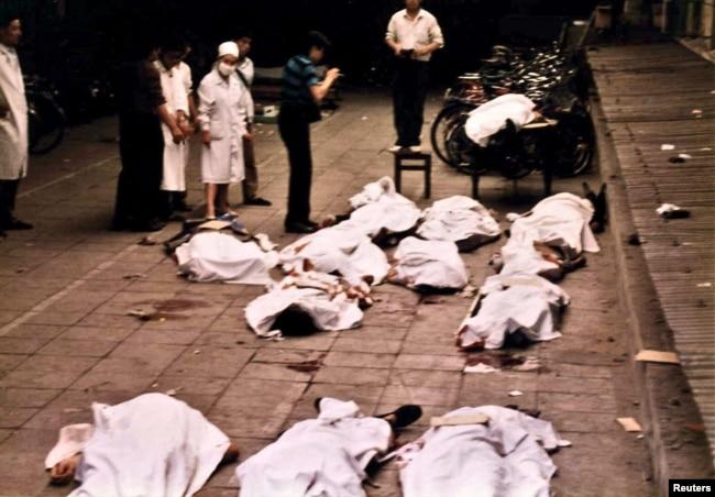 資料照:醫務工作者在北京復興門醫院查看被軍隊打死的抗議者的屍體。 (1999年6月4日)