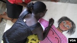 A woman living with HIV sketches her body map in Kisumu, Kenya, July 7, 2011. (X. Verhoest/VOA)