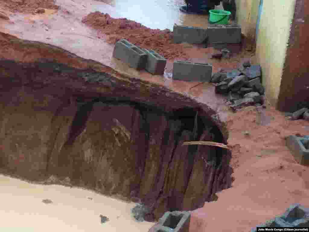Chuva no bairro Cazenga abre cratera. Luanda, Angola. 6 Novembro 2015