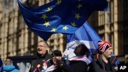 14일 영국 런던 의회 앞에서 브렉시트 반대자들이 유럽연합 깃발을 흔들며 시위하고 있다.