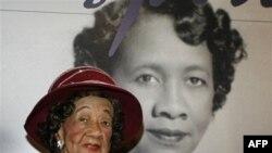 Dorothy Irene Height, Chủ tịch Hội Đồng Phụ Nữ Da Đen Toàn Quốc trong 40 năm, ngồi trước tấm hình của bà trong 1 triển lãm tại Bảo tàng Trung tâm ở Cincinnati, 14/3/2008