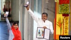 巴基斯坦馬拉拉和印度的兒童權利宣導者薩蒂亞提,在挪威奧斯陸舉行的儀式上接受今年的諾貝爾和平獎。