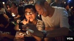 香港市民唐先生帶同兒子參與六四燭光集會薪火相傳 (美國之音 湯惠芸攝)
