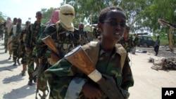 Al Shabab merekrut remaja dan anak-anak sebagai pejuangnya, dalam latihan di pinggiran Mogadishu (foto: ilustrasi).