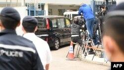 """一辆据称载有""""12港人案""""成员的面包车经深圳湾口岸入境抵达香港天水围警署。(2021年3月22日)"""