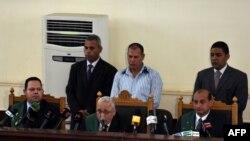 Le dirigeant des Frères musulmans égyptiens Mohamed Badie et des membres du mouvement lors du prononcé du verdict au Caire, le 22 août 2015.