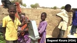 Des enfants réfugiés à l'une des fontaines d'eau du camp de Dar Es Salam à Baga-Sola (ouest du Tchad).