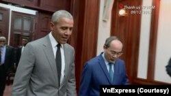 Cựu Tổng thống Mỹ Barack Obama cùng Bí thư Thành ủy Thành phố Hồ Chí Minh Nguyễn Thiện Nhân trong một buổi gặp mặt hôm 9/12 tại trụ sở TP HCM. (Ảnh chụp từ video trên VnExpress.net)