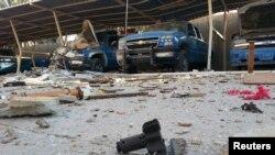 خودروهای پلیس در کنار بقایای حمله شورشیان به شهر هیت دیده میشود استان انبار، ۱۴مهر ۱۳۹۳