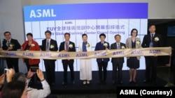艾司摩尔(ASML)EUV全球技术培训中心8月20日在台湾台南开幕, 左起为艾司摩尔客户支援部门副总裁戴孙金(左一)、荷兰在台办事处副代表贝莉莎(Lisette Hurkmans-Berkers)(左二)、台积电晶圆厂营运王英郎副总经理(左三)、ASML全球副总裁暨台湾区总经理陈文光(左四)、台湾经济部王美花部长(中)。(艾司摩尔提供)