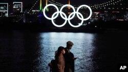 ٹوکیو میں اولمپک رنگ کو دوبارہ نصب کر دیا گیا ہے، جو مقابلوں کے لیے جاپان کے عزم کو ظاہر کرتا ہے۔