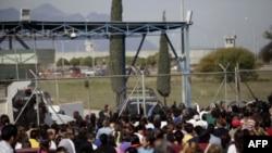 Thân nhân của các tù nhân chờ đợi tin tức bên ngoài nhà tù Apodaca ở vùng ngoại ô Monterrey, Mexico, ngày 19/2/2012