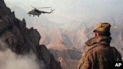 یوه روسي هلیکوپتر د افغان تاجک په پوله روسي سرتیرو ته اکمالات کوي.