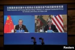 美国总统气候变化事务特使约翰·克里在天津出席与中国外长王毅的视讯会议。(2021年9月1日)