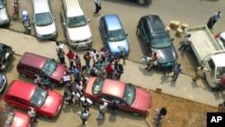 Familiares dos detidos aguardam, terça-feira, junto ao Tribunal de Polícia de Luanda