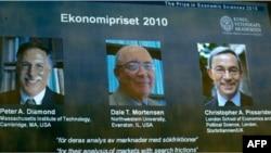 Từ trái: Ông Peter Diamond, Dale Mortensen và Christopher Pissarides được trao giải Nobel Kinh tế năm 2010