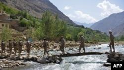 加入抵抗力量的前阿富汗安全部队成员在潘杰希尔山谷进行军事训练。(2021年8月21日)