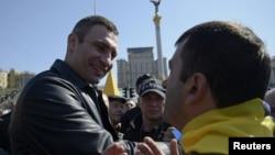 Vitaly Klitschko (kiri) bertemu dengan para pendukungnya di Lapangan Kemerdekaan di Kyiv, Ukraina (foto: dok).