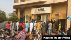 Certains Bamakois devant une banque à Bamako, le 15 avril 2020. (VOA/Kassim Traoré)