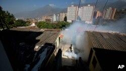 委內瑞拉衛生人員進行防蚊工作