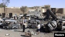 Mobil-mobil hancur akibat serangan bom Saudi di kota Saada, Yaman (16/4).