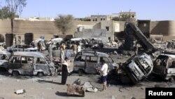 Kendaraan-kendaraan yang terbakar terlihat di sekitar sebuah pom bensin pasca serangan udara di kota Saada, Yaman (Foto: dok).