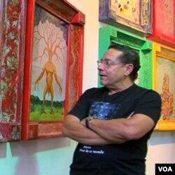 Seniman Haiti Edouard Duval-Carrié di galeri seni miliknya di Little Haiti, Miami, Florida.