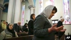 Iranian Christian worshipers pray during Christmas mass at the Saint Joseph Chaldean- Assyrian Catholic church, in Tehran. (File)