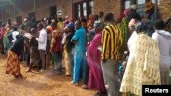 Wapiga kura wa Burundi wakisubiri kupiga kura ya kumchagua rais, wabunge na viongozi wa serikali za mitaa mji Gitega, Burundi May 20, 2020. REUTERS/Evrard Ngendakumana