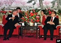 资料照片:美国总统克林顿与中国国家主席江泽民在中南海会面。(1998年6月28日)