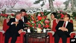 美国总统克林顿与中国国家主席江泽民在中南海会面。(1998年6月28日)