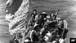 Các thuyền nhân Việt Nam này đã được cứu sau tám ngày lênh đênh trên biển trên chiếc thuyền nhỏ