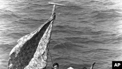 Các thuyền nhân Việt Nam này đã được cứu sau 8 ngày lênh đênh trên biển trên chiếc thuyền nhỏ
