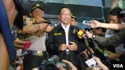 Menteri ESDM Jero Wacik memberi keterangan usai diperiksa penyidik KPK Senin (2/12) terkait kaus suap SKK Migas. (VOA/Andylala Waluyo)