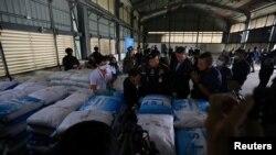 Các giới chức kiểm tra 11,5 tấn ma túy ketamine, trị giá 991 triệu USD, lượng ma túy lớn kỷ lục từng bị thu giữ tại Thái Lan, tại một nhà kho ở Chachoengsao, ngày 12/11/2020. Office of the Narcotics Control Board/Handout via REUTERS