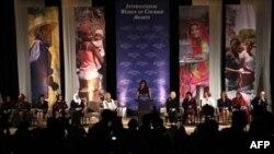 Первая леди США Мишель Обама приняла участие в торжественной церемонии награждения 10 женщин из разных стран мира международной премией «За мужество». Вашингтон. 8 марта 2011 года