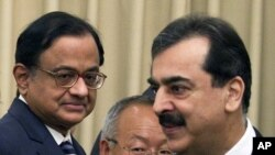 Indian Home Minister Palaniappan Chidambaram, left, watches Pakistan's PM Yousuf Raza Gilani, right, in Islamabad, Pakistan (File Photo - June 26, 2010)