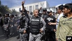 Polisi Ekuador menertibkan aksi protes di kota Quito (foto: ilustrasi). Mantan kepala kepolisian Ekuador yang dicari karena kejahatan terhadap kemanusiaan telah ditangkap di Amerika.