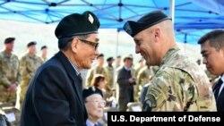 스콧 매킨 미군 2사단장이 지평리 전투 한국군 참전용사인 박동하 할아버지와 인사하며 감사를 표하고 있다. 사진 제공 = 미 2사단.