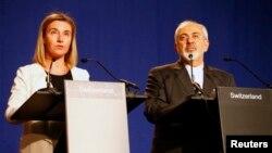 Kepala kebijakan LN Uni Eropa, Federica Mogherini (kiri) dan Menlu Iran, Javad Zarif memberikan keterangan pers mengenai perundingan nuklir Iran di Lausanne, Swiss (2/4).